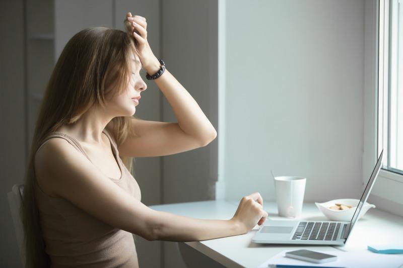 「認証に問題」が表示されて頭を抱える女性